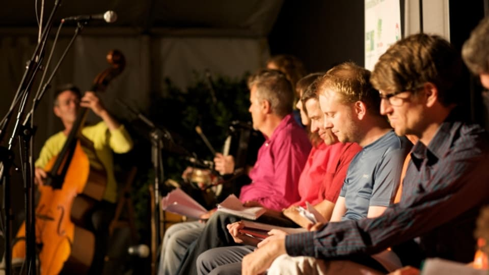 Die Spoken-Word-Gruppe «Bern ist überall» hat zusammen mit AutorInnen und MusikerInnen aus Serbien und dem Kosovo eine dreiwöchige Tournee durch den Kosovo unternommen.