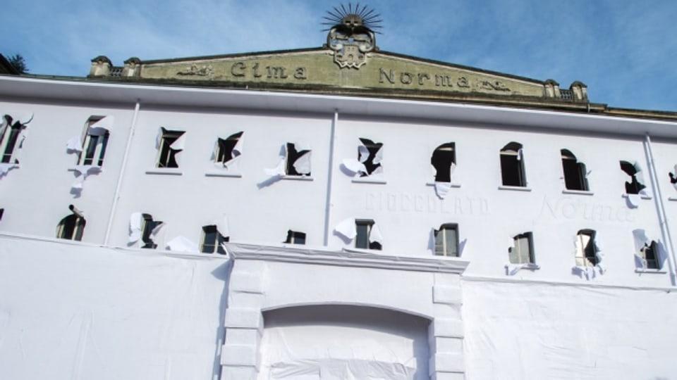 Das papierverhüllte Hauptgebäude der Cima Norma während einer Ausstellung des Künstlers Daniel Gonzalez