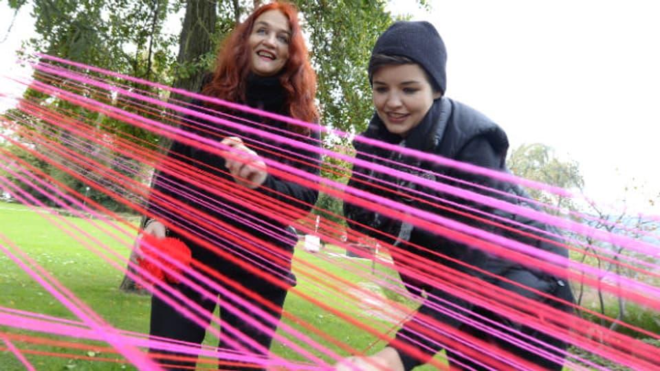 Die Künstlerinnen Bettina Baltensweiler und Anna-Flavia Barbier bespannen Bäume in Zürich.