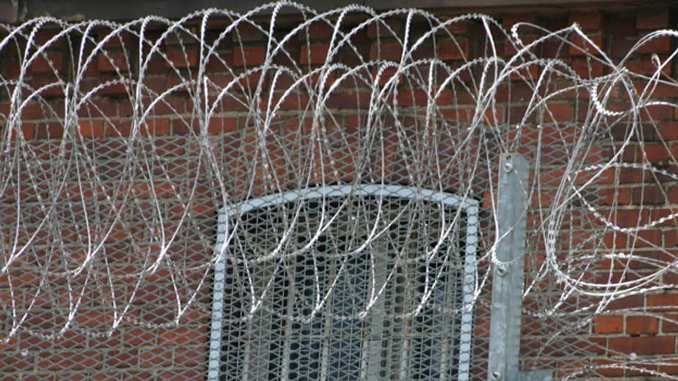 Zaun mit Nato-Draht: So sieht Sicherheitsverwahrung in der Justizvollzugsanstalt Siegburg aus.