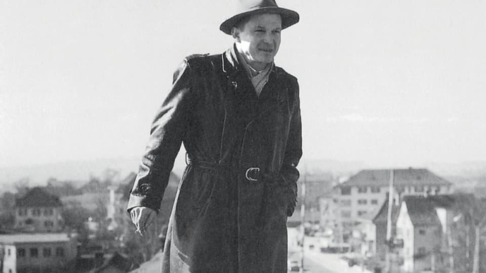 Hoch hinaus: Bruno Stefanini auf einem seiner Häuser in den 1950er-Jahren.