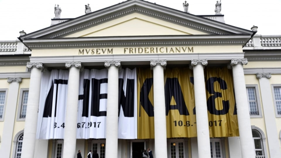 Am Fridericianum in Kassel hängt ein Documenta-Banner.