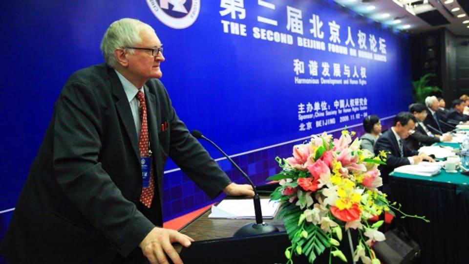 Harro von Senger hält die Eröffnungsrede des Zweiten Pekinger Menschenrechtforum 2009.