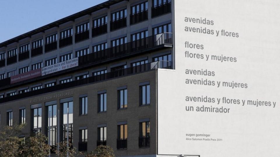 Das umstrittene Gomringer-Gedicht an der Fassade der Alice-Solomun-Hochschule in Berlin