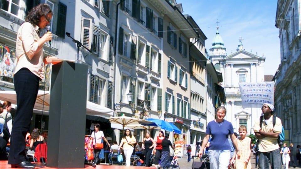 Johanna Lier liest Gedichte während den Solothurner Literaturtagen.