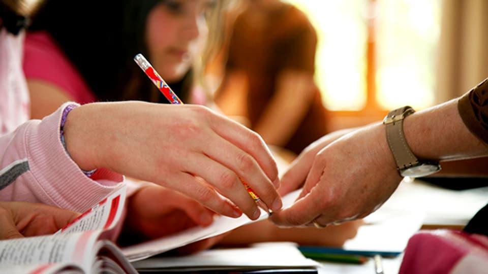 Schülerinnen und Schüler helfen sich gegenseitig, das bewährt sich in der Praxis.