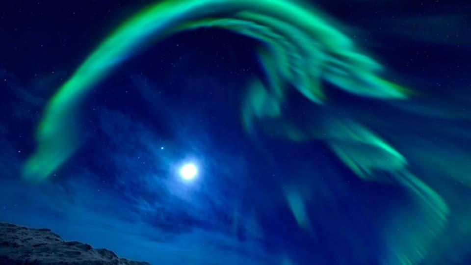 Wenn elektrisch geladene Teilchen des Sonnenwinds auf die Erdatmosphaere treffen, werden Luftmolekuele zum Leuchten angeregt