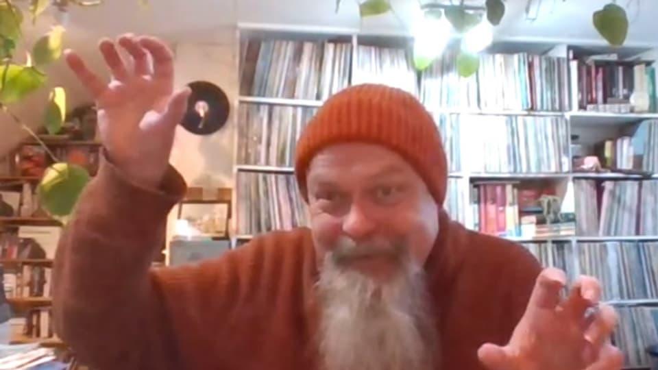 Kilburn Calling: Aus seinem Turmzimmer zoomt Düsi Musik, dank der man die Nachrichten getrost abschalten kann.