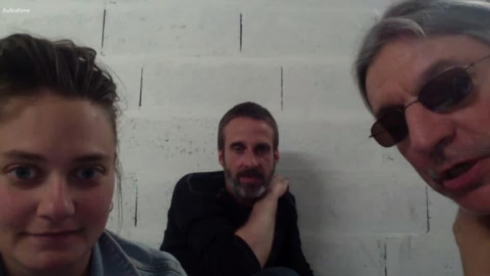 Anruf aus den Katakomben vor dem Proberaum der Young Gods in Genf: Emilie Zoé (l.), Nicolas Pittet (m.) und Franz Treichler.