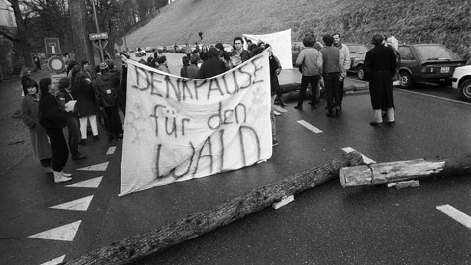 Eine Umweltschutzgruppe blockiert am 2. Februar 1985 vor der Sondersession der Eidgenössischen Räte die Lerberstrasse in Bern, um gegen das Waldsterben zu demonstrieren.