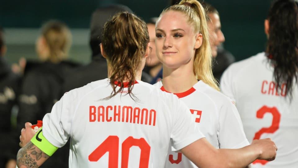 Lange Haare und doch nicht hetero, weiblich und doch Fussball-Profis: Ramona Bachmann und Alisha Lehmann sind Lebenspartnerinnen, Kolleginnen im Nationalteam und Gegnerinnen im englischen Fussball. Und für den «Blick» damit ein Glamour-Paar. Was, wenn sie kurzhaarig und ungeschminkt wären?