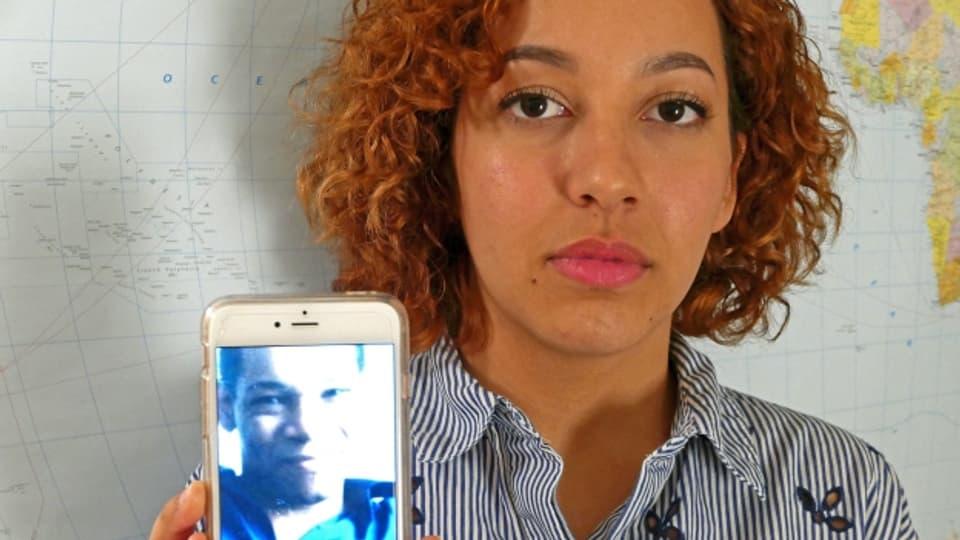 Gäelle mit einem Bild ihres Vaters. Sie findet, sie hat seine Augenbrauen geerbt.
