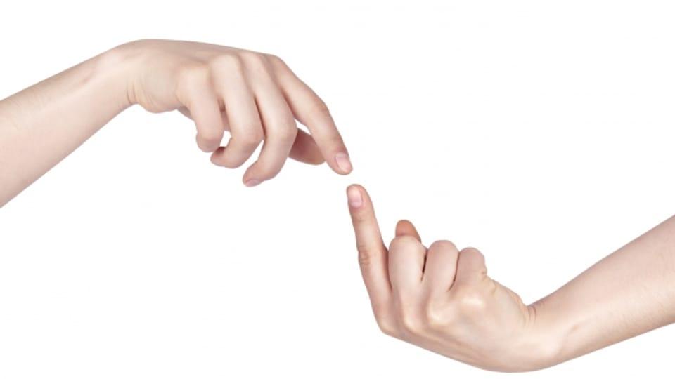 Zwei Finger nähern sich