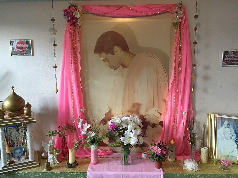 In der Kantine des DLZ ist Swami Omkarananda stets präsent.