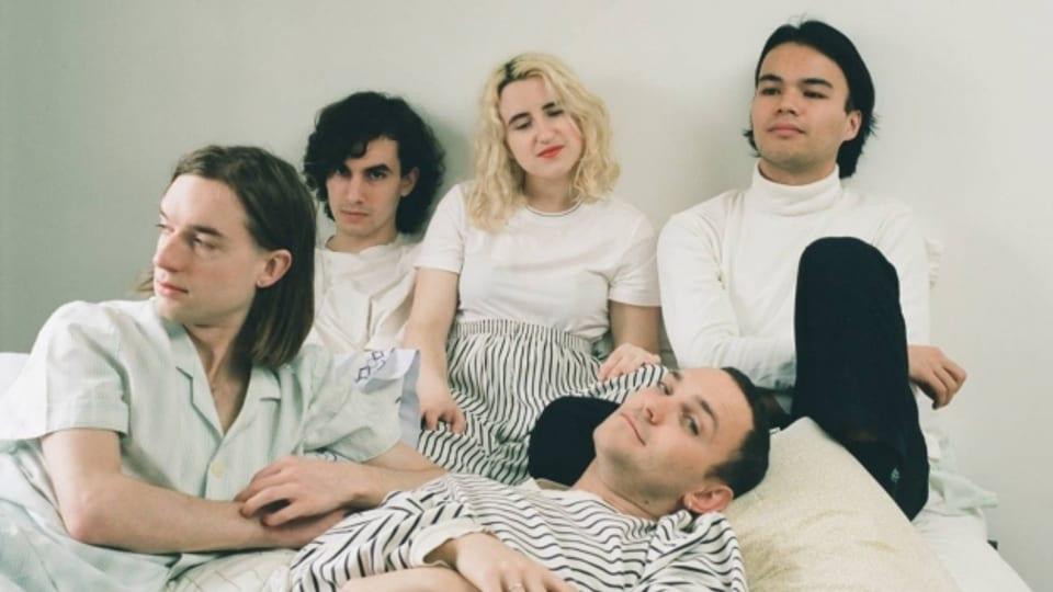 Bodywash und ihr Debütalbum «Comforter»: Rosie Long Decter und Chris Steward (ganz links) sind der Kern der Band