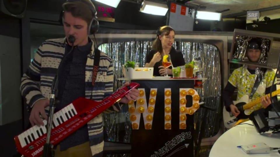We Invented Paris kamen mit Bar und Fernseher auf dem Kopf ins SRF 3-Studio