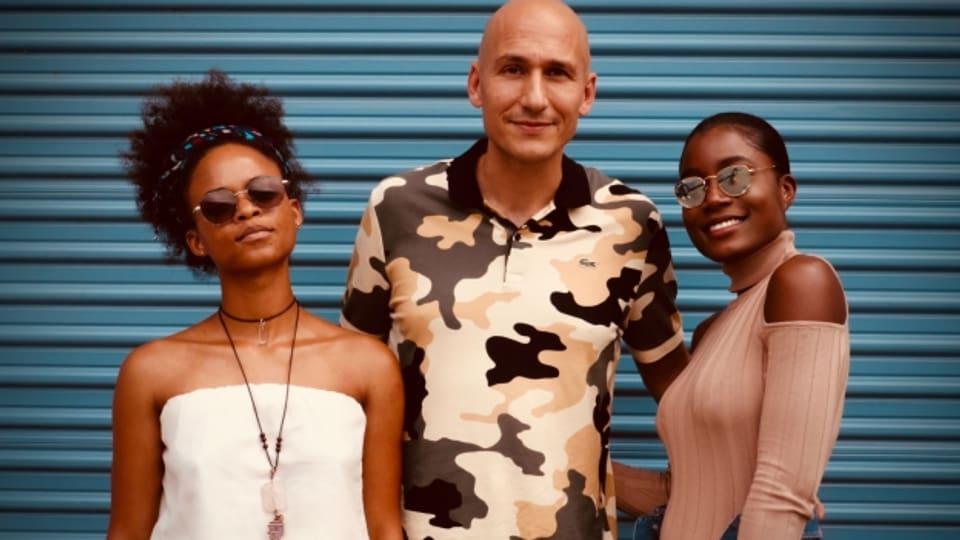 Lila Iké (links) in Jamaika mit Reggae Special-Macher Lukie Wyniger und Sevana (rechts)