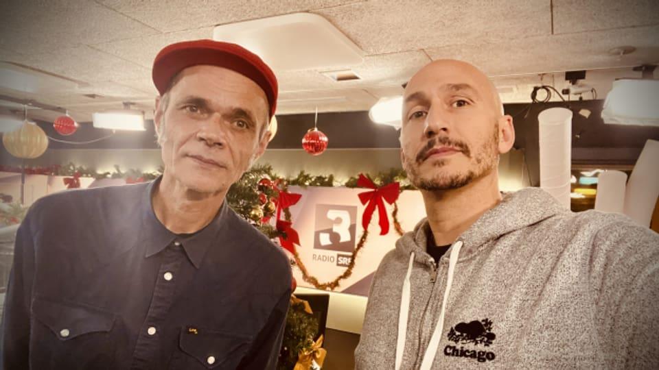 Inhaber vom Vinyl- Secondhand- und Möbellanden 16 Tons in Zürich: DJ Buzz (links)