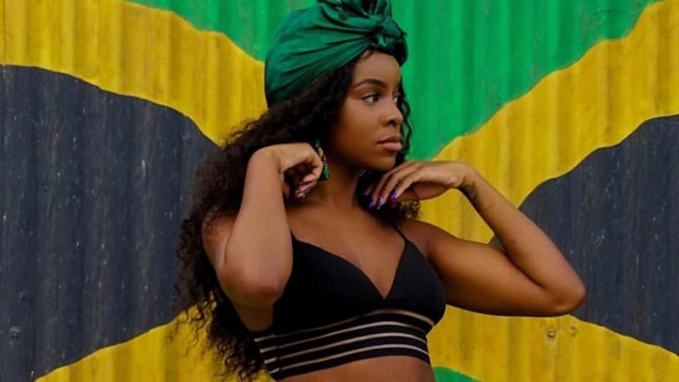Khalia posierte zum Tag der Unabhängigkeit vor der Jamaika-Flagge