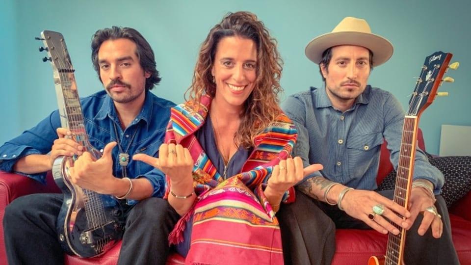 Die beiden Brüder Hermanos Gutiérrez, Alejandro mit der kultigen Lap-Steel-Gitarre (l.) und Stephan mit Hut (r.), schwärmen im World Music Special bei Rahel Giger auch von anderen Latin-Retro-Sounds.