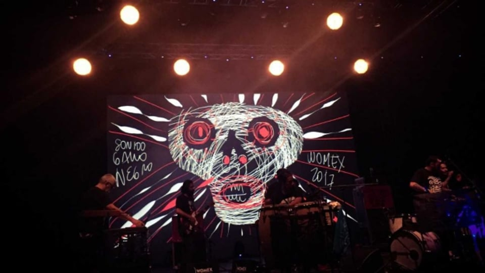 SONIDO GALLO NEGRO aus Mexiko boten mit ihrem psychedelischen Cumbia eine eindrückliche Multimedia-Show.