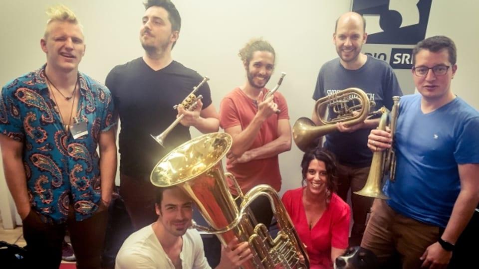 Molotow Brass Orkestar beweisen bei Rahel Giger im World Music Special ihre Fingerfertigkeit auf ihren Blasinstrumenten. Special Guest: Maskottchen Nala.