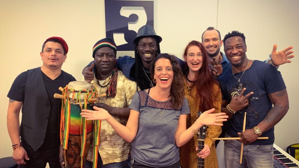 Die Band «Bouye» (v.l.n.r. mit Yohnny de Miranda (VEN), Khadim Niang (SEN), Eyti Roots (SEN), Leaderin Andrea Janser (CH), Beat Oezmen (CH), Omar Diadji (SEN)) zu Gast für eine Live-Session im World Music Special bei Rahel Giger.