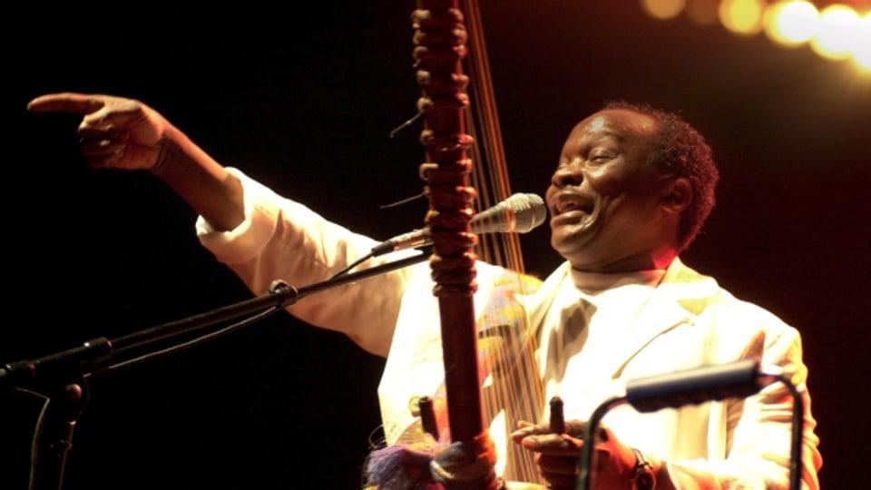 Der «Yéké Yéké»-Superstar Mory Kante aus Guinea begeistert das Publikum am Winterthurer Festival Afro-Pfingsten, (18. Mai 2002). Der Musiker und Sänger verstarb am 22. Mai 2020 im Alter von 70 Jahren.