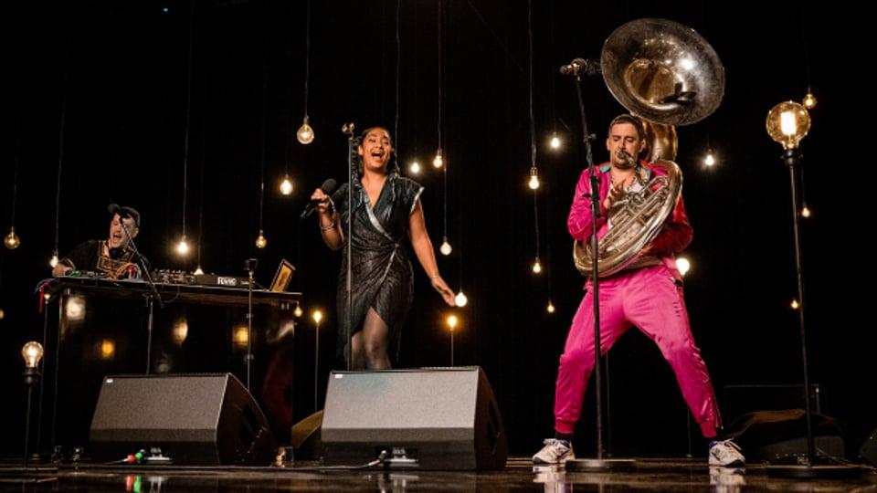 La Nefera aus Basel mit Roots in der Dominikanischen Republik liefert im Corona-Jahr 2020 ein paar Song-Perlen. Hier auf der Bühne der SRF-Solidaritätsaktion «zäme stah».