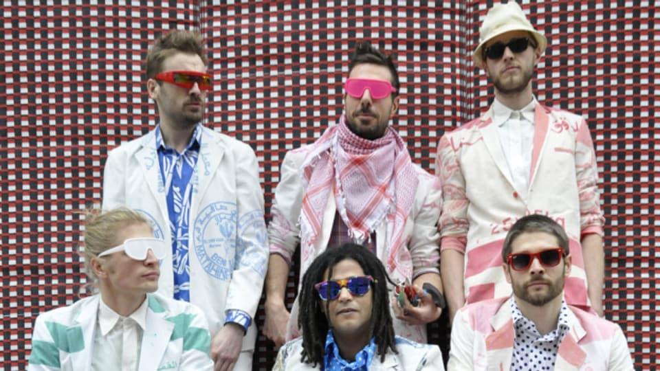 Electric Jalaba mit Simo Lagnaw (Mitte, vorne), einem der führenden Gnawa-Musiker in Grossbritannien