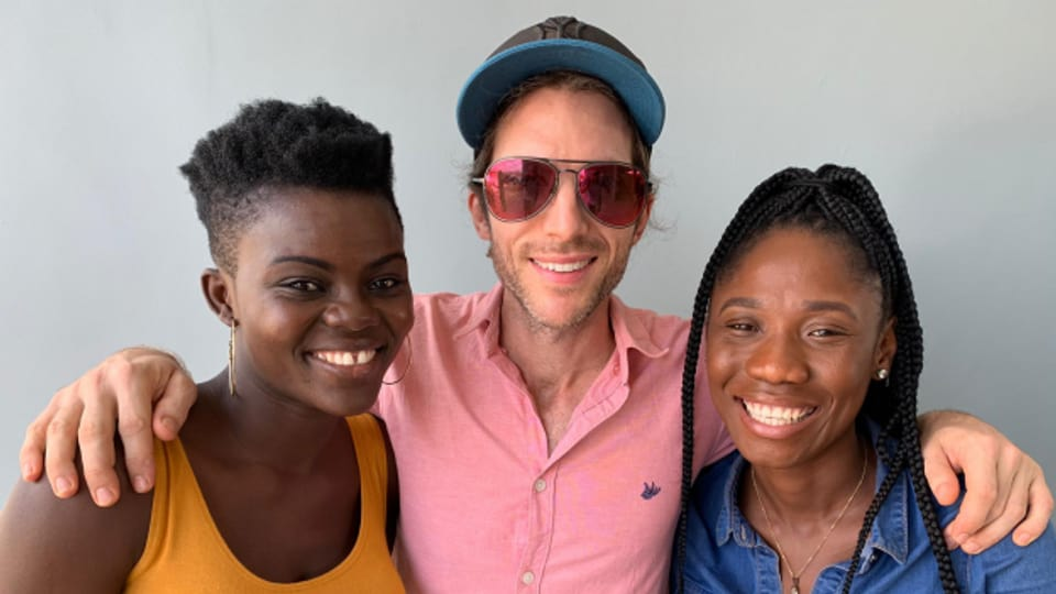 Der Schweizer Auswanderer Beda Ehrensperger mit Ghana Stars Wiyaala (links) und Yaa Yaa (rechts) ist Live-Gast im World Music Special.