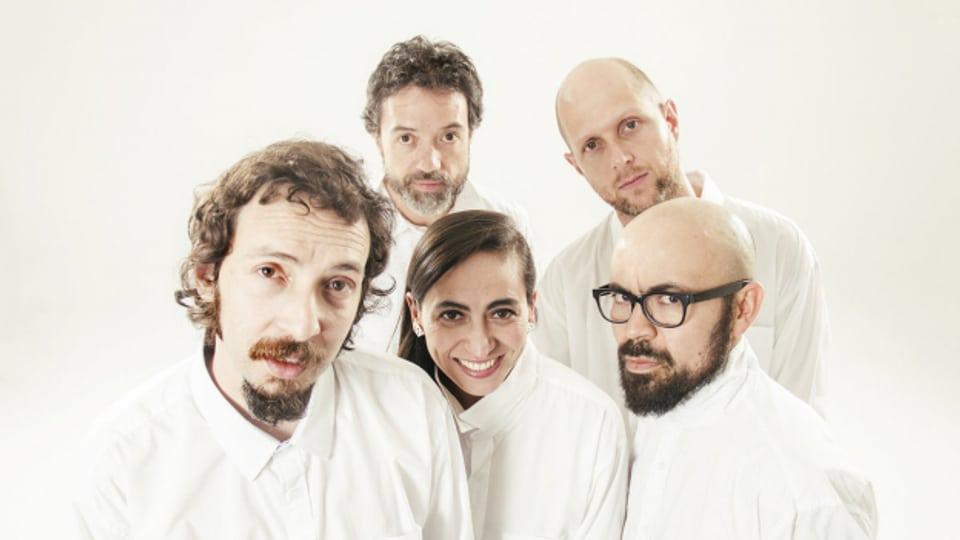 Keine reine Männerband, bei den Meridian Brothers spielt auch eine «Sister» mit. Auf ihrem neusten Album spannen die Altstars mit der jungen Band Conjunto Media Luna aus Bogotà zusammen.