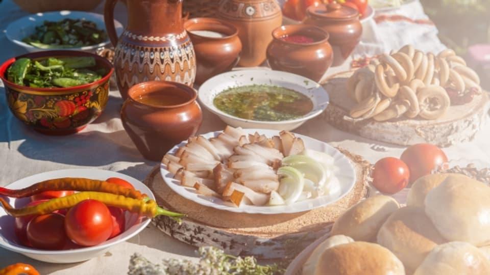 Tisch mit russischen Spezialitäten