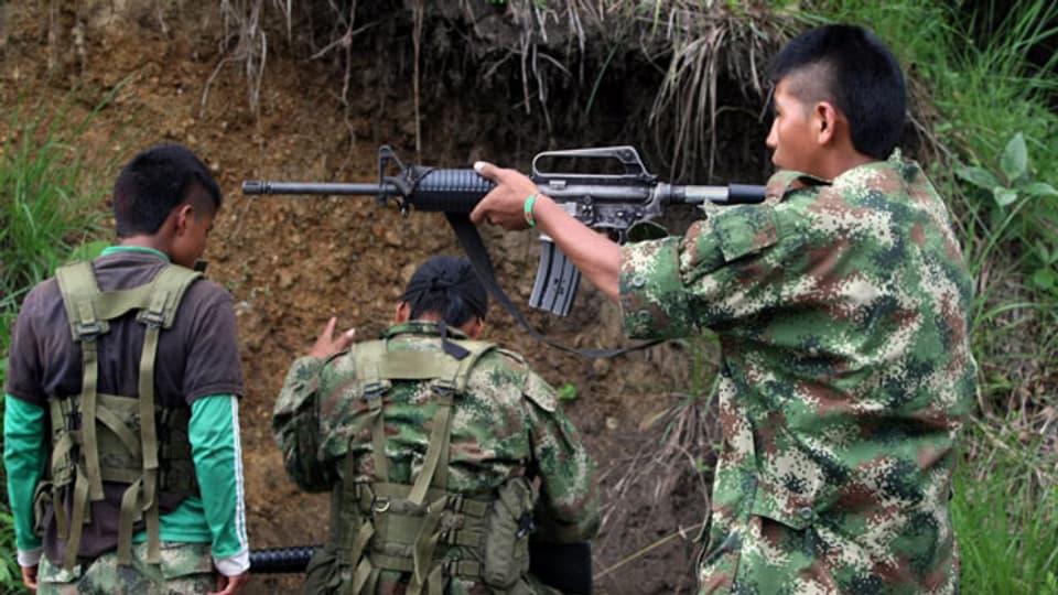 Ein Mitglied der Revolutionären Streitkräfte Kolumbiens (FARC) schiesst mit einem Gewehr in der Nähe von Caloto, Provinz Cauca, Kolumbien, am 4. Juni 2013.