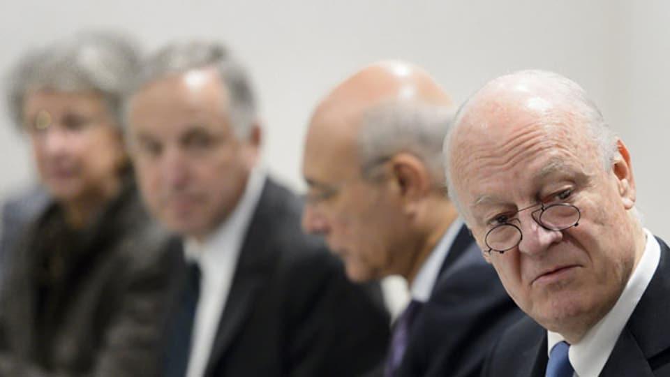 Staffan de Mistura , Uno-Gesandter für Syrien (vorne rechts) mit Mitgliedern der syrischen Friedensgespräche im Büro der Vereinten Nationen in Genf am 24. März 2016.