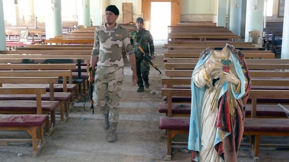 Peschmerga-Kämpfer inspizieren die chaldäische Kirche St. Aday in Karamlesh: IS-Dschihadisten hatten sie vor der Befreiung des Dorfes verwüstet.