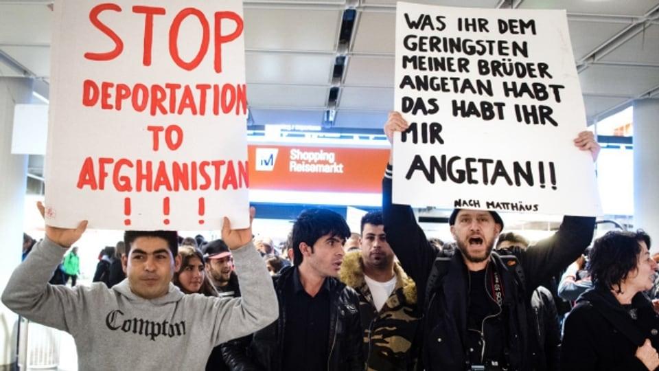 Demonstranten wollen am Flughafen München Abschiebungen nach Afghanistan verhindern (22.2.2017).