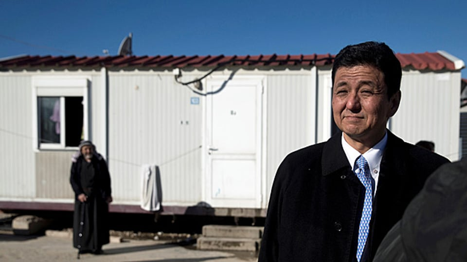 Japan nimmt kaum Flüchtlinge auf, will aber in den nächsten fünf Jahren bis zu 150 Austauschstudenten aus Syrien unterrichten – und mit einem Hilfspaket von sechs Milliarden US-Dollar unter anderem 20'000 Menschen im Nahen Osten unterstützte. Bild: Der japanische Aussenminister besichtigt ein Flüchtlingscamp in Griechenland.