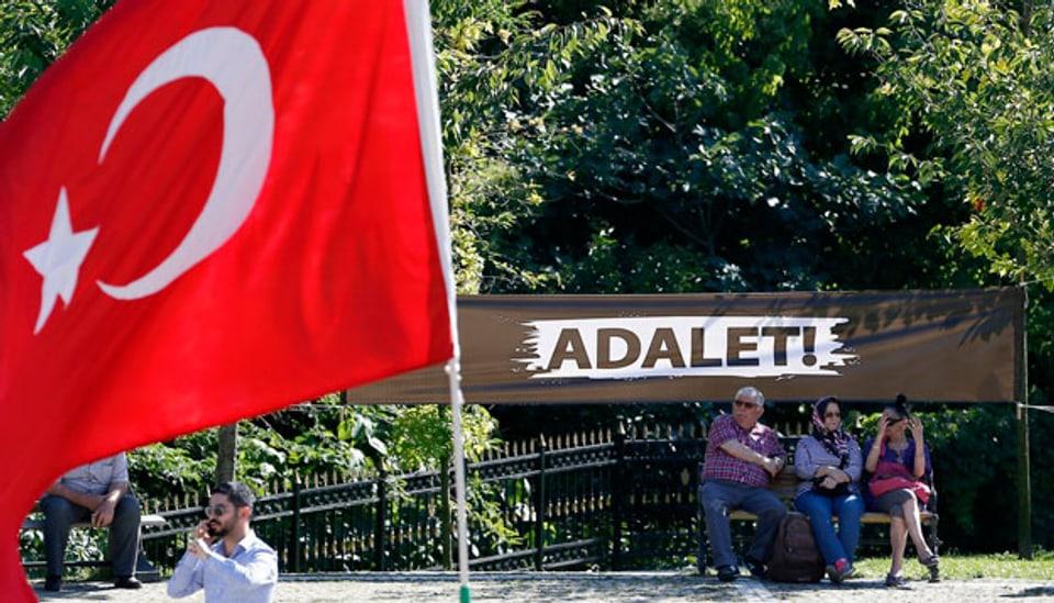 Adalet - Gerechtigkeit! Mahnwache in einem Park in Istanbul