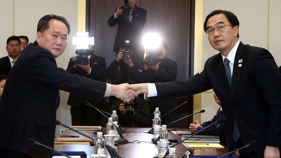 Der Leiter der nordkoreanischen Delegation, Ri Son Gwo (links) und der südkoreanische Amtskollegen Cho Myoung-gyon, am 9. Januar 2018.