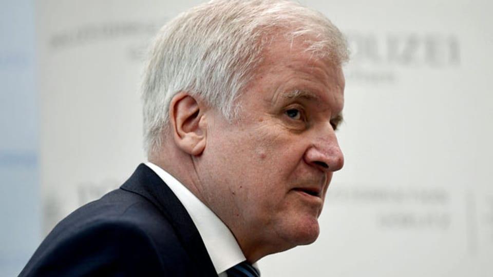 Der deutsche Innenminister Horst Seehofer tritt zurück.