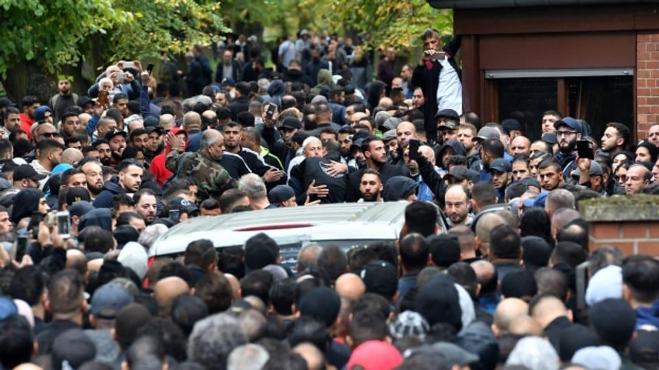 Zahlreiche Trauergäste kommen zur Beerdigung eines Clanmitglieds in Berlin-
