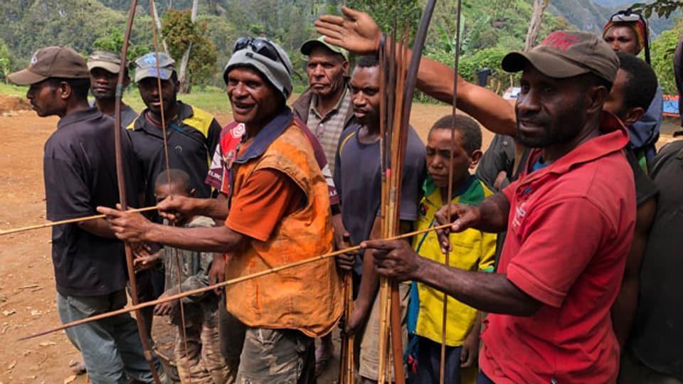 Mit Pfeil und Bogen standen die Männer im Dorf Upa 2 den Angreifern aus Upa 1 gegenüber.