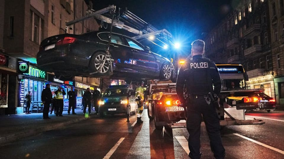 Ein verdächtiges Auto wird aus dem Verkehr gezogen. Mit einer Politik der Null Toleranz soll kriminellen arabischen Clans das Handwerk gelegt werden.