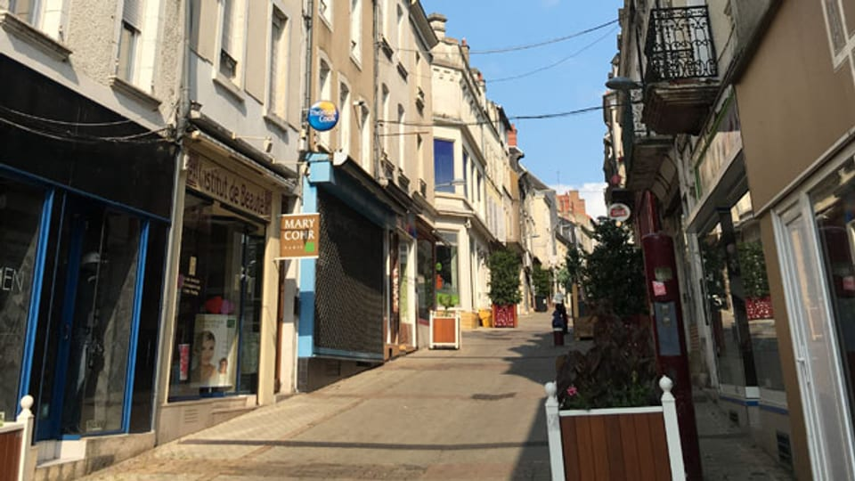 Die Rue du Maréchal Joffre, die einzige Fussgängerzone in Vierzon, ist eigentlich ein schöner Ort. Doch die Atmosphäre ist trist: Viele Ladenlokale stehen leer, viele Wohnhäuser sind in schlechtem Zustand.