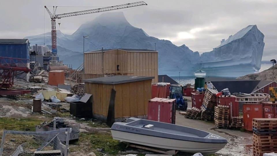 Auch das ist Grönland: Ein Eisberg bewegt sich an der Siedlung Innaarsuit vorbei.