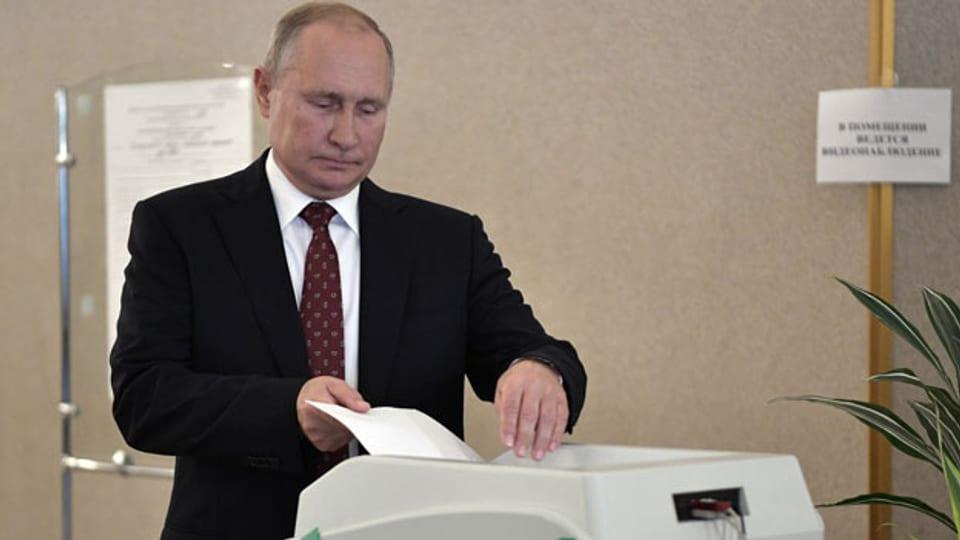 Der russische Präsident Wladimir Putin gibt in Moskau am 8. September 2019 seine Stimme ab.