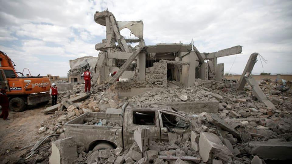 Trümmer in Jemen.In Jemen nimmt der Iran über die Houthi-Rebellen immer stärker Einfluss. Die Vereinigten Arabischen Emirate kämpfen kaum mit eigenen Soldaten. Trümmer in Dhamar, Jemen.