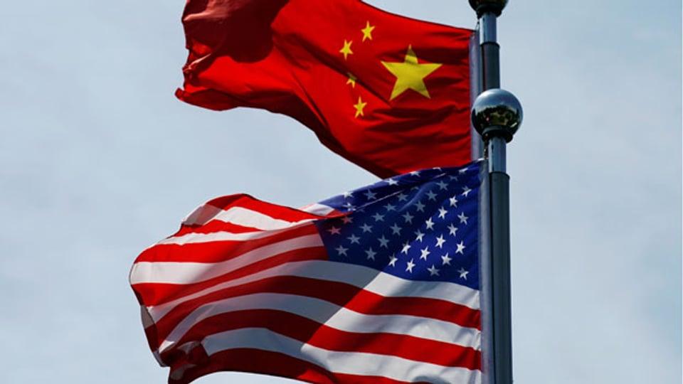 Die Flaggen Chinas und der USA in Shanghai.