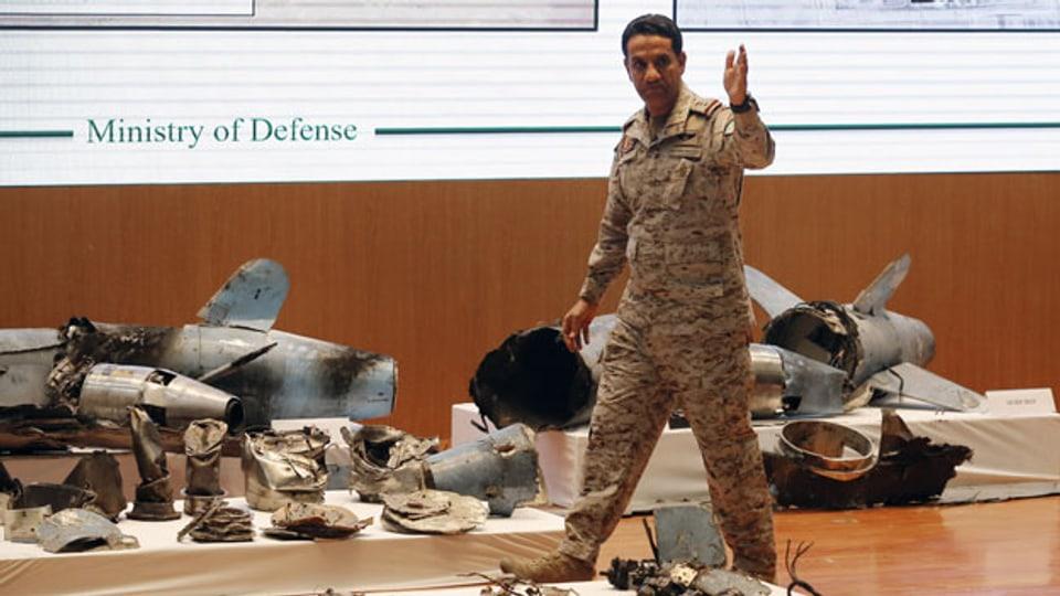 Der saudische Militärsprecher Col. Turki al-Malki zeigt Marschraketen und Drohnen, die bei einem Angriff auf  die saudi-arabische Ölindustrie verwendet wurden.